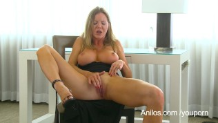 Bigtit cougar Amber Michaels punishes her dripping cunt